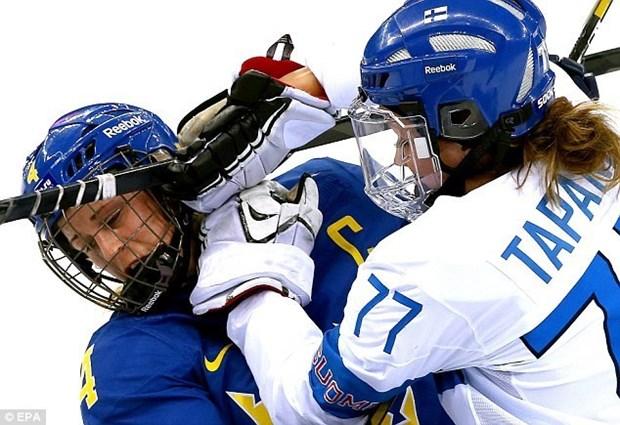 Van dong vien hockey nu hon chien tai Olympic Sochi hinh anh 4