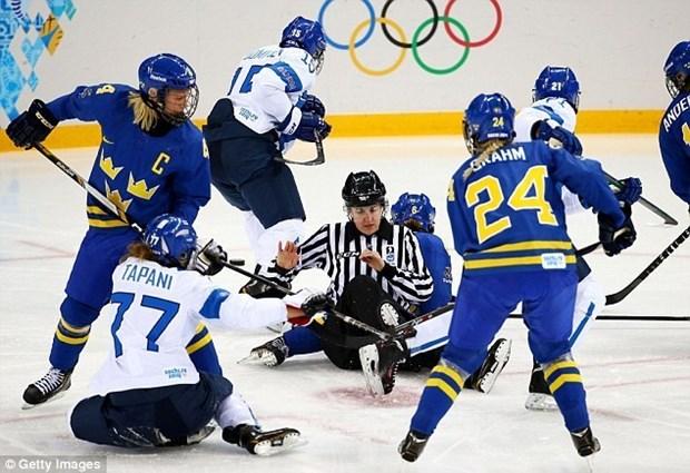 Van dong vien hockey nu hon chien tai Olympic Sochi hinh anh 5