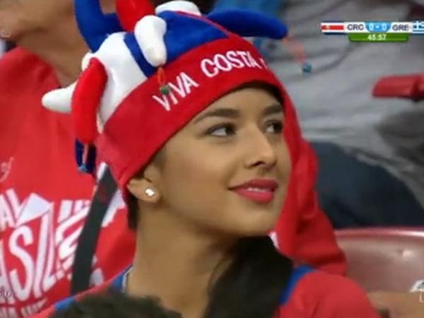 Anh dong fan nu xinh dep cua Costa Rica nhi nhanh tren khan dai hinh anh 1