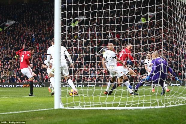 M.U tra no thanh cong Watford: Thay tro Mourinho da vao guong hinh anh 1