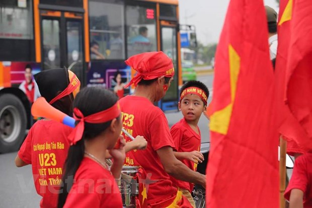 Co dong vien hao huc cho don tuyen Olympic Viet Nam ve nuoc hinh anh 6