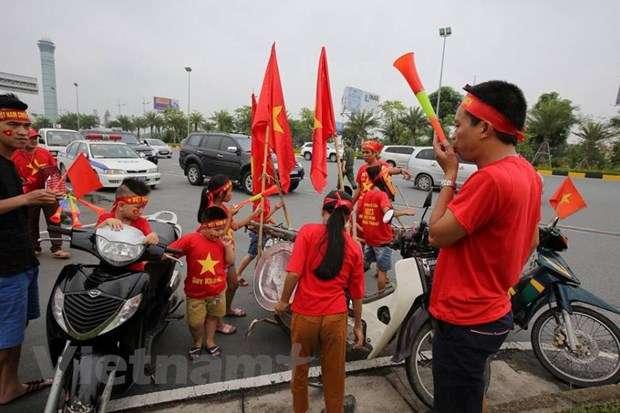 Co dong vien hao huc cho don tuyen Olympic Viet Nam ve nuoc hinh anh 3