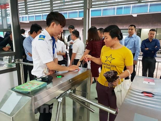 Ha Noi: Hanh khach dung ve dien tu dau tien tren tuyen buyt nhanh BRT hinh anh 2
