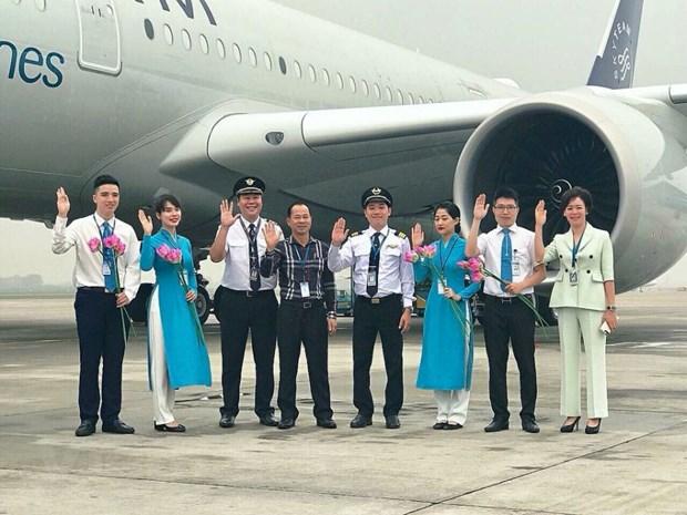 Nu nhan vien hang khong Vietnam Airlines co bon nam don Tet o san bay hinh anh 2