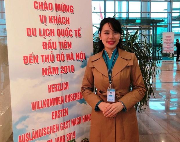 Nu nhan vien hang khong Vietnam Airlines co bon nam don Tet o san bay hinh anh 1