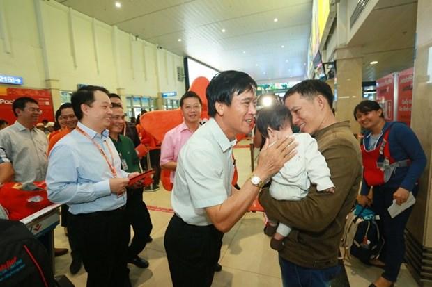 Li xi cho hanh khach di may bay ve que don Tet Nguyen dan Ky Hoi hinh anh 1