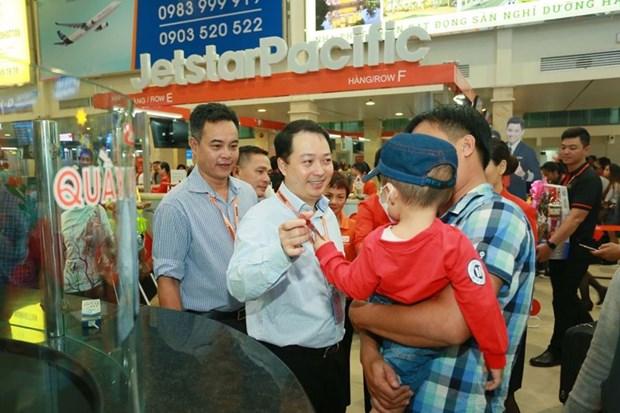 Li xi cho hanh khach di may bay ve que don Tet Nguyen dan Ky Hoi hinh anh 3