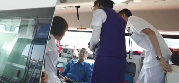 Nhan vien Vietnam Airlines giup khach bi benh tren chuyen bay cua Nga hinh anh 1