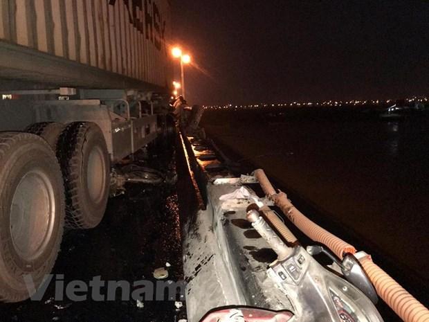 Tim thay thi the nan nhan bi xe container dam roi khoi cau Thanh Tri hinh anh 1