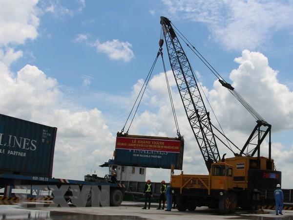 Bốc dỡ hàng hóa tại một cảng biển Việt Nam. (Ảnh: Hồng Thái/TTXVN)