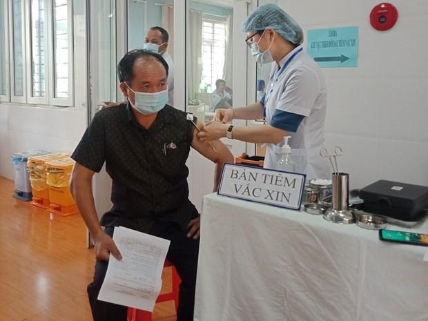 Nhan vien san bay Tan Son Nhat, Pleiku duoc tiem vaccine COVID-19 hinh anh 1