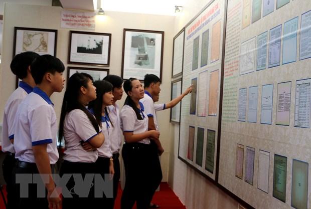 Trung bay bang chung chu quyen Viet Nam voi Truong Sa, Hoang Sa hinh anh 1