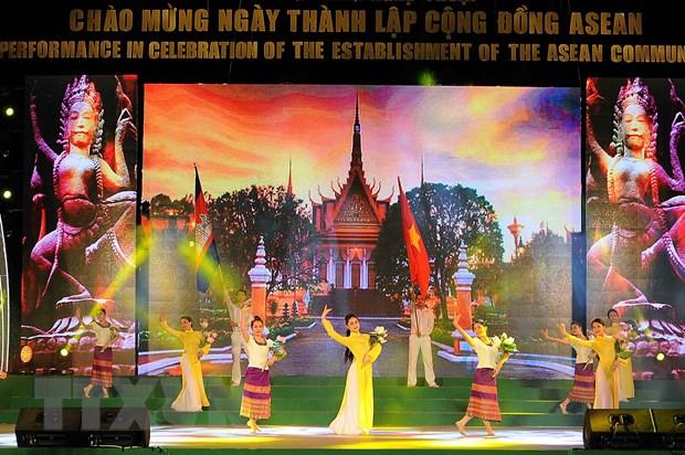 Bieu dien nghe thuat chao mung Ngay ra doi Cong dong ASEAN hinh anh 1