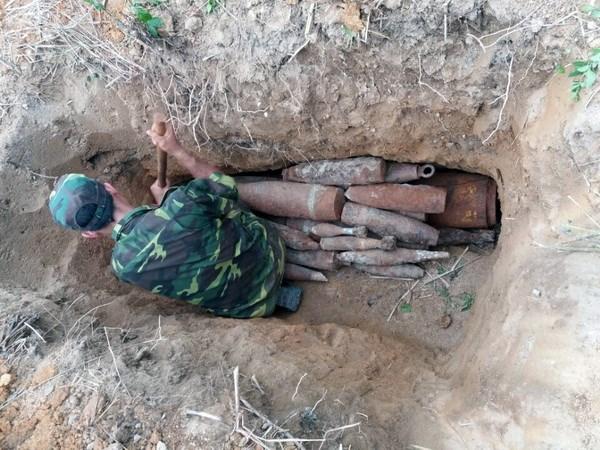 Dak Nong huy no 18 qua bom, dau dan trong vuon nha dan hinh anh 2
