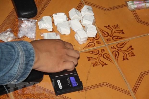 Tom gon 2 doi tuong van chuyen 36 goi bot trang nghi la heroin hinh anh 1