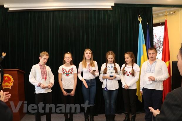 Gioi thieu hinh anh Viet Nam voi giao vien va hoc sinh Ukraine hinh anh 2