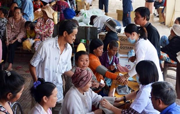 Thu tuong tang qua cac gia dinh Viet kieu Campuchia kho khan hinh anh 1