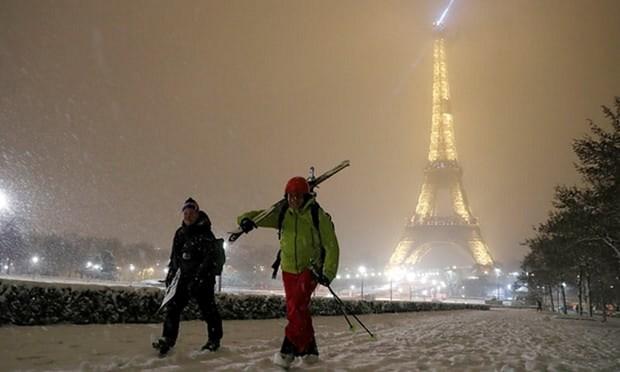 Thap Eiffel cua Phap buoc phai dong cua vi tuyet roi qua day hinh anh 1