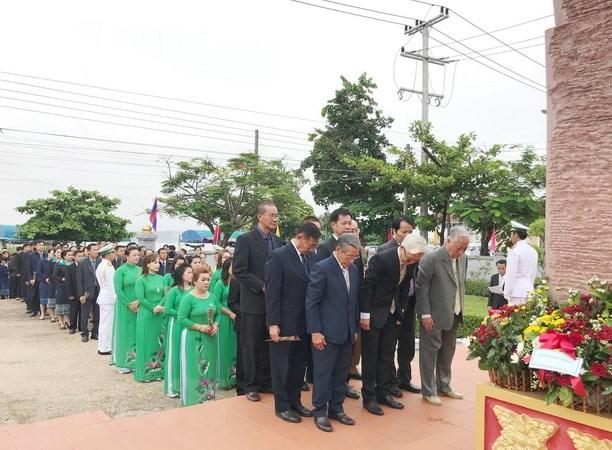 Le dang huong ky niem 128 nam ngay sinh Chu tich Ho Chi Minh tai Lao hinh anh 1