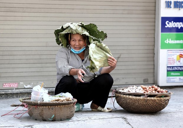 [Photo] Ngay He do lua tren duong pho Ha Noi, nhiet do len toi 43 do C hinh anh 10