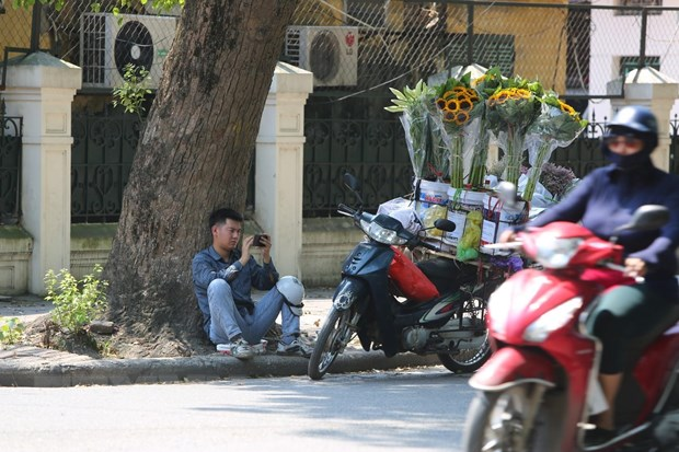 [Photo] Ngay He do lua tren duong pho Ha Noi, nhiet do len toi 43 do C hinh anh 3