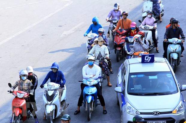 [Photo] Ngay He do lua tren duong pho Ha Noi, nhiet do len toi 43 do C hinh anh 5