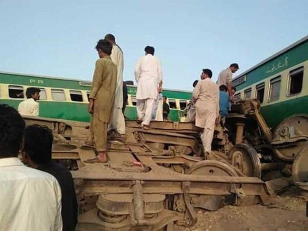 Pakistan: Hai doan tau hoa dam truc dien, gan 80 nguoi thuong vong hinh anh 1