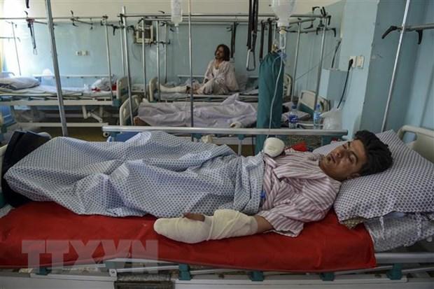 Nạn nhân bị thương trong vụ tấn công nhằm vào đám cưới ở Kabul, Afghanistan được điều trị tại một bệnh viện ngày 18-8-2019. Ảnh: AFP/TTXVN