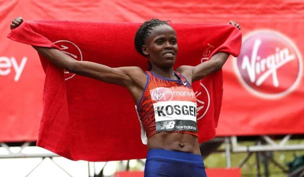 Brigid Kosgei pha ky luc the gioi tren duong dua ban marathon hinh anh 1
