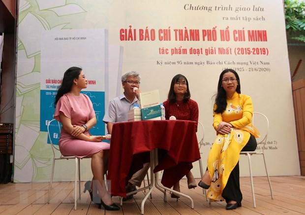 Ra mat tap sach giai bao chi Thanh pho Ho Chi Minh hinh anh 1