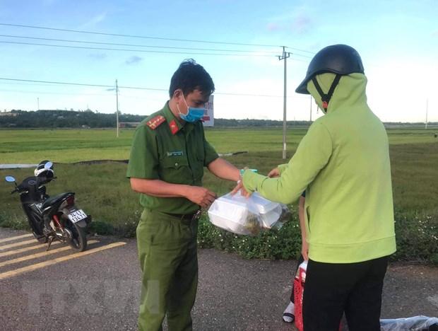Nguoi Quang Tri chung tay ho tro cac khu dan cu bi phong toa hinh anh 2