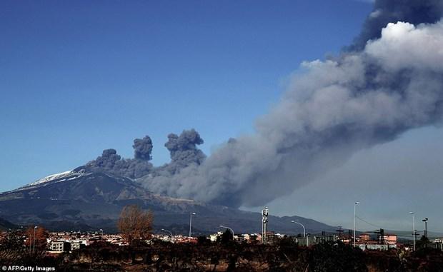 Italy: Nui lua Etna ''thuc giac,'' phun tro bui khap dao Sicily hinh anh 1