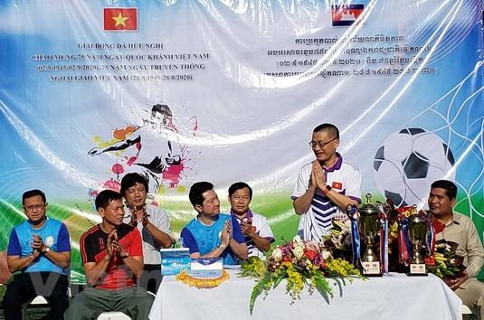 Giai bong da huu nghi tai Campuchia chao mung Quoc khanh Viet Nam hinh anh 1