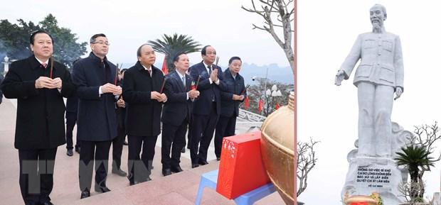 Thủ tướng Nguyễn Xuân Phúc đến dâng hương tại tượng đài Chủ tịch Hồ Chí Minh trên công trình thủy điện Hòa Bình ở đỉnh đồi Ông Tượng, thành phố Hòa Bình. (Ảnh: Thống Nhất/TTXVN)