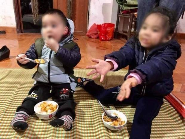 Ha Noi: Xot xa hai chau be mo coi bi bo roi tren bo de song Hong hinh anh 1
