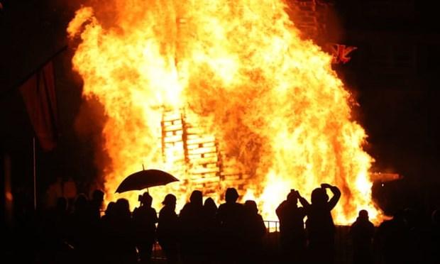 Người biểu tình đốt lửa ở phía bắc Belfast sau khi đụng độ với cảnh sát trong một cuộc bạo động năm 2020. Nguồn: theguardian.com