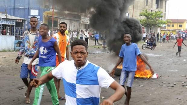 CHDC Congo: Xe bon dam xe khach boc chay du doi, 33 nguoi chet hinh anh 1