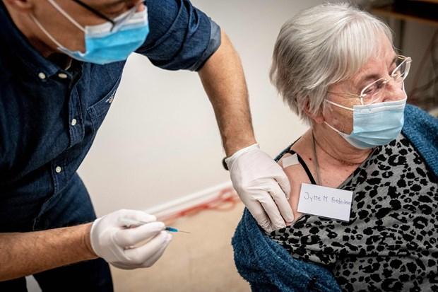 Vaccine ngua COVID-19 - bai hoc tu cac quoc gia dang mo cua tro lai hinh anh 1