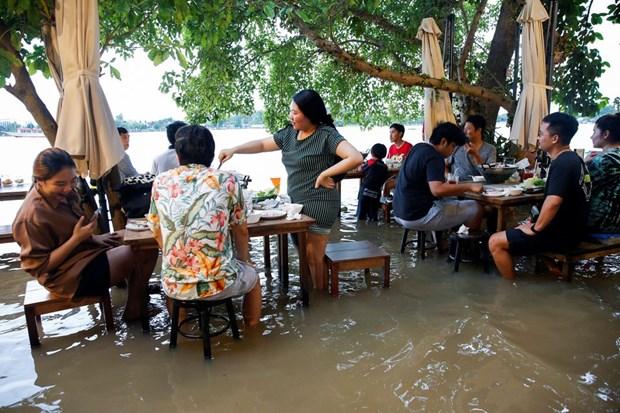 Thai Lan: Doc dao nha hang phuc vu thuc khach giua dong nuoc lu hinh anh 1