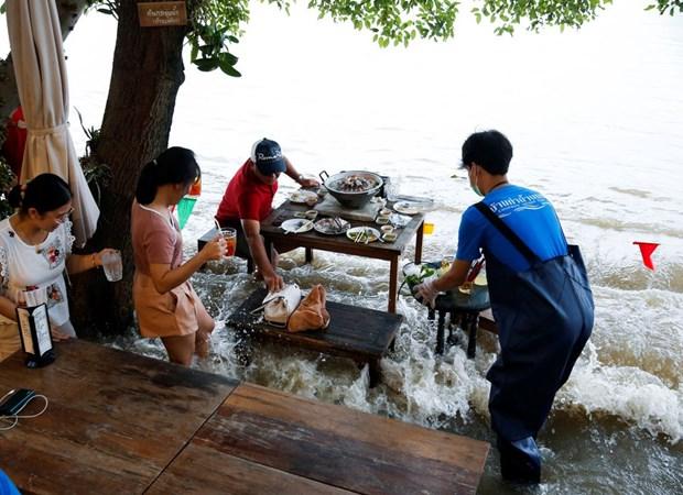 Thai Lan: Doc dao nha hang phuc vu thuc khach giua dong nuoc lu hinh anh 2