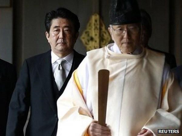 Dan Han xep ong Shinzo Abe ngang voi Kim Jong-Un hinh anh 1