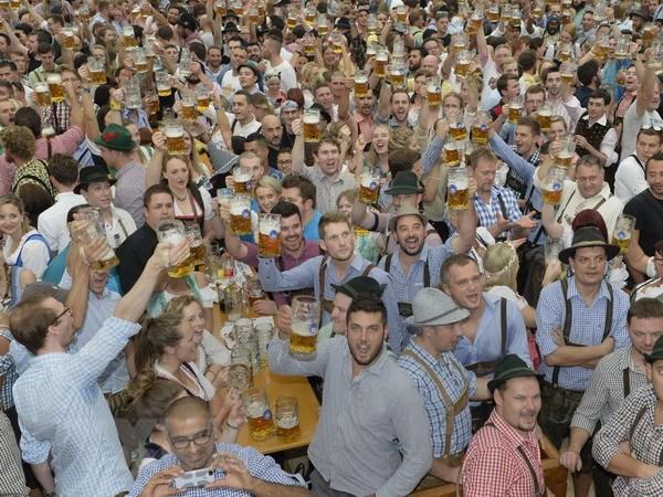 Hang trieu du khach tham du lien hoan bia truyen thong o Duc hinh anh 3