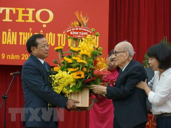 Lanh dao thanh pho Ha Noi chuc tho giao su Vu Khieu 100 tuoi hinh anh 1