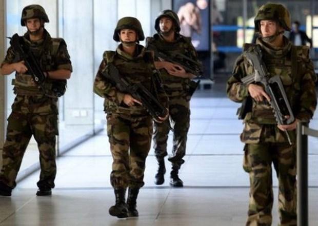 Thu pham xa sung o Paris nam trong 10.000 ke tinh nghi khung bo hinh anh 1