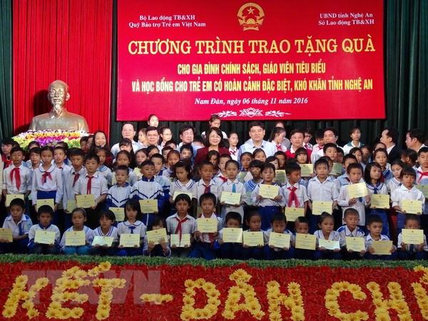 Pho Chu tich nuoc trao hoc bong cho 100 hoc sinh ngheo o Nam Dan hinh anh 1
