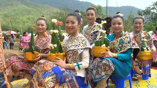 Nguoi dan Viet Nam-Lao chung vui Tet co truyen Bunpimay hinh anh 2