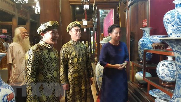 Trung bay sac gom Bat Trang tai di tich Van Mieu-Quoc Tu Giam hinh anh 1