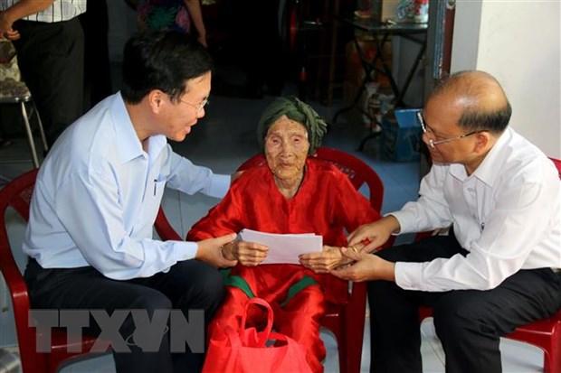 Truong ban Tuyen giao Trung uong tang qua cho gia dinh chinh sach hinh anh 2