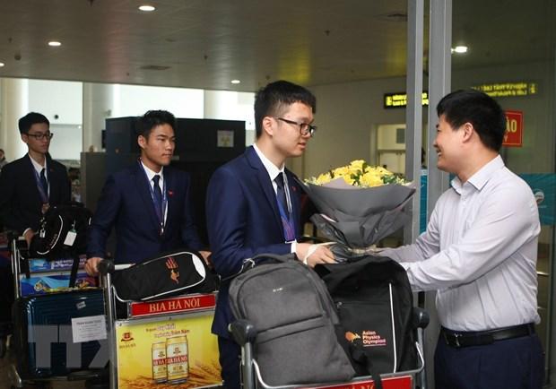 Ông Sái Công Hồng - Phó Cục trưởng Cục Quản lý chất lượng Bộ Giáo dục và Đào tạo đón, tặng hoa chúc mừng các thí sinh đội tuyển Việt Nam tham gia Olympic Vật lý châu Á lần thứ 20 năm 2019. (Ảnh: Thanh Tùng/TTXVN)