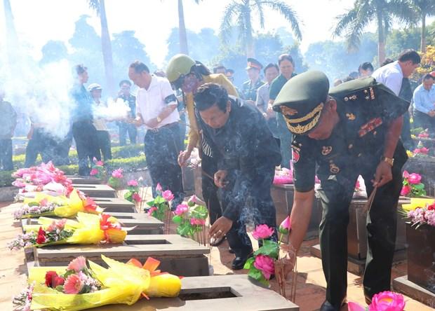 Truy dieu va an tang hai cot liet sy Viet Nam hy sinh tai Campuchia hinh anh 2